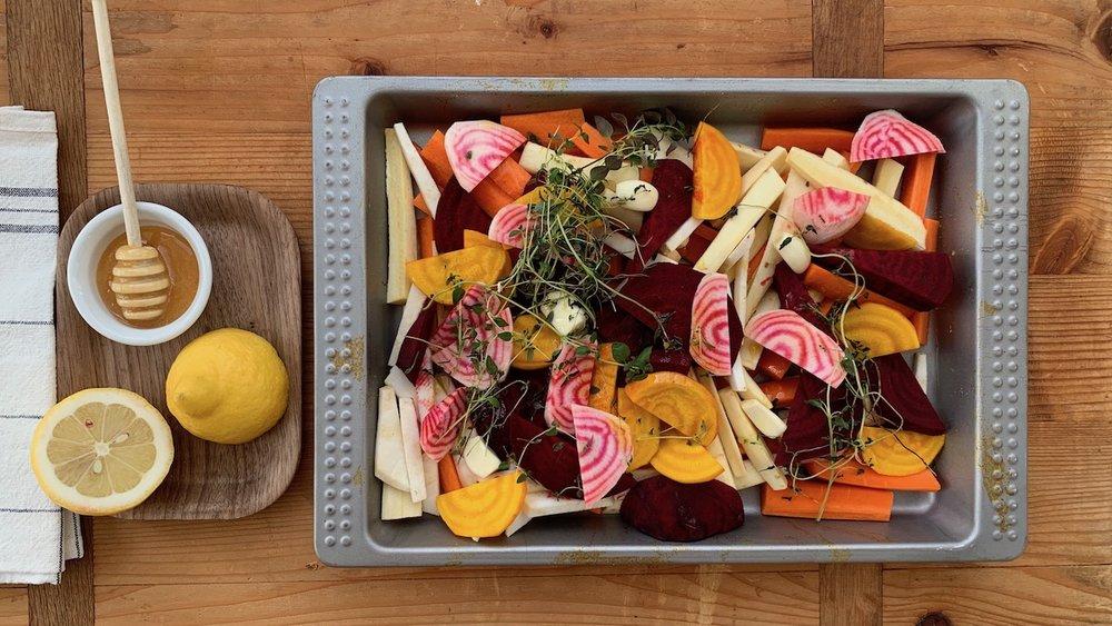 Ved å tilsette litt honning når du ovnssteker rotgrønnsaker får du søte, nydelige grønnsaker som både store og små vil elske. Foto: Familiematblogg