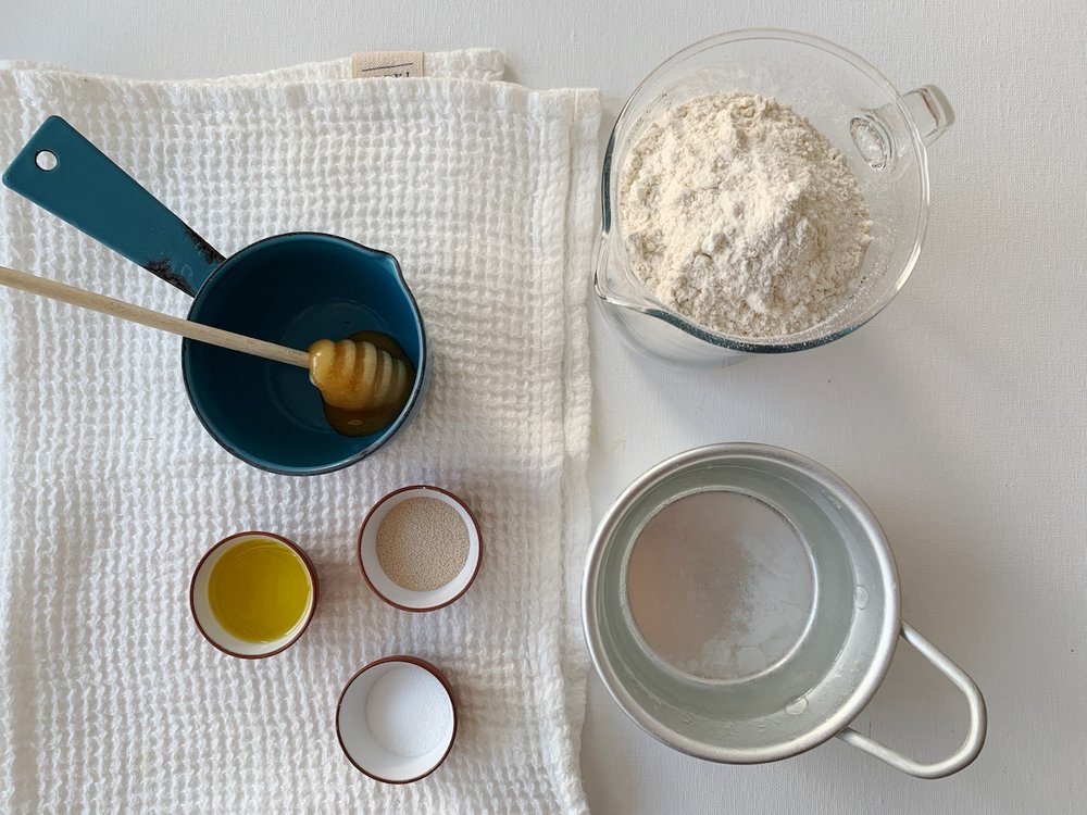 Dette trenger du for å lage eltefritt grytebrød. Foto: Familiematblogg