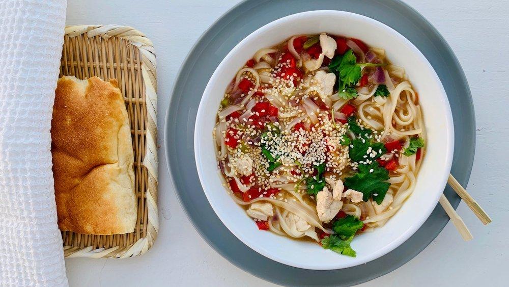 En varmende nudelsuppe med kylling er hyggelig mat å invitere på! Foto: Familiematblogg