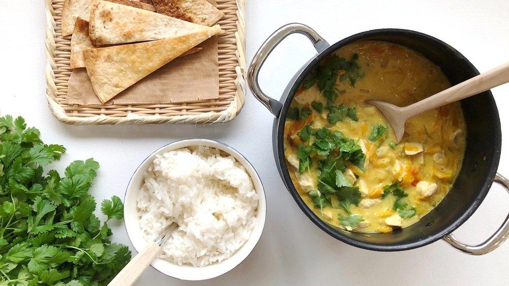Server kyllinggryte med ris og nan eller sprøstekte tortillalefser som barna kan bruke som skje. Skikkelig populært hos familiens minste!
