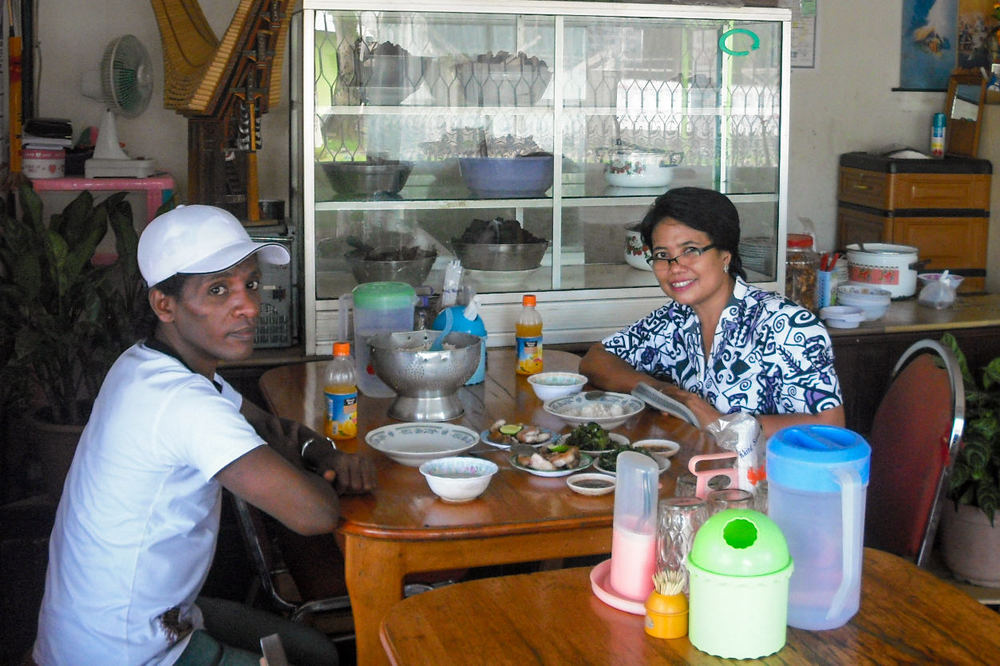 Foto Yosua dengan Dokter Pingki sebelum memperoleh pemulihan kesehatan secara penuh.