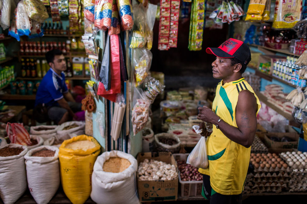Yosua pergi berbelanja bahan-bahan makanan di pasar terdekat.