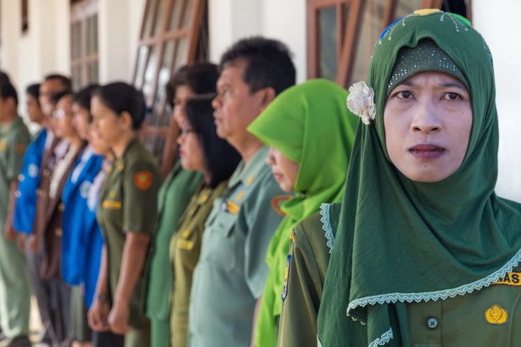 Foto portrait Ibu Ratna sebagai pemimpin upacara bendera di sekolah.