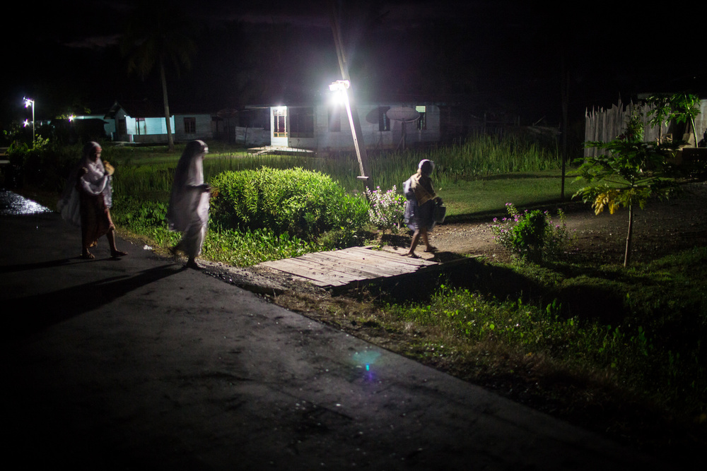 Reni pulang menuju rumah setelah Sholat Subuh bersama ibu dan neneknya.