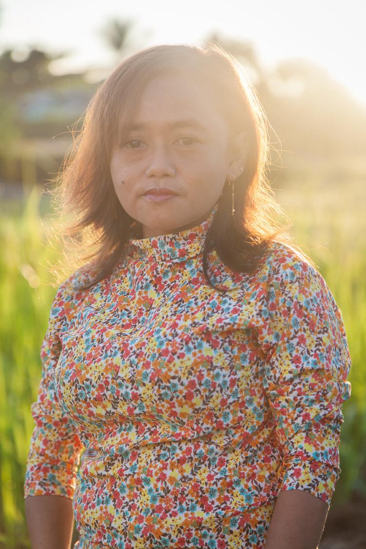 Foto portrait Reni; Seorang istri yang setia, anak perempuan yang berbakti, seorang yang sangat berkontribusi dan berperan besar di keluarga dan komunitasnya.