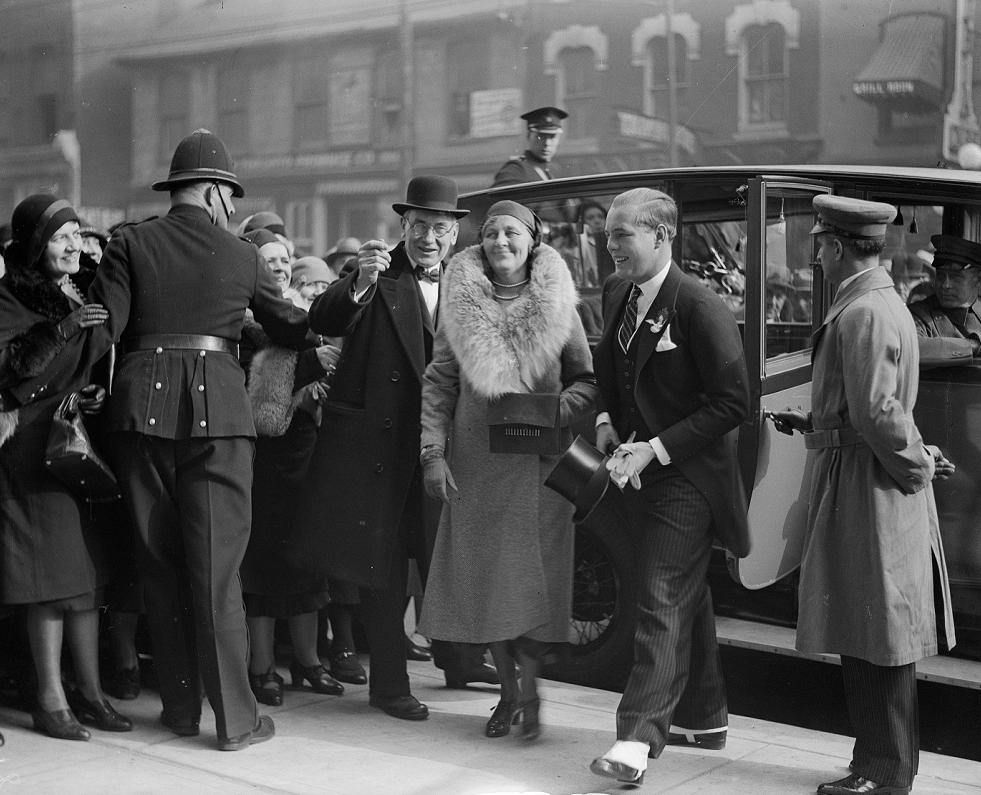 Lady Eaton e John David Eaton chegando à loja de departamentos da Eaton em College Street, Toronto, Ontário, 1930. Arquivos da Cidade de Toronto, fundos 1244 item 1641.