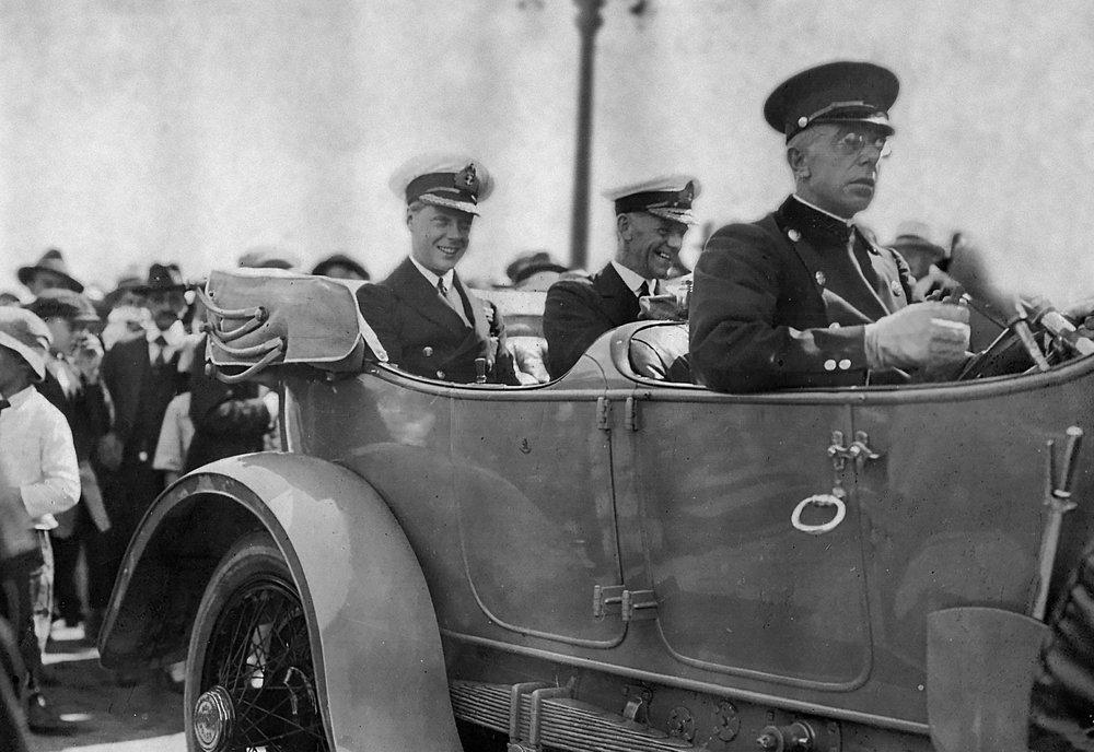 1919 年,威尔士亲王乘坐 Mortimer Davis 爵士的 1914 年产 Rolls-Royce 豪华轿车。 私人收藏。