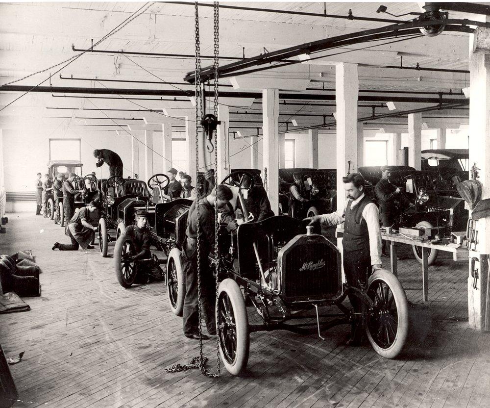خط التجميع في مصنع ماكلولين في أوشاوا بأونتاريو عام 1908.مجموعة توماس بوكلي 0713 بمعرض روبرت ماكلولين