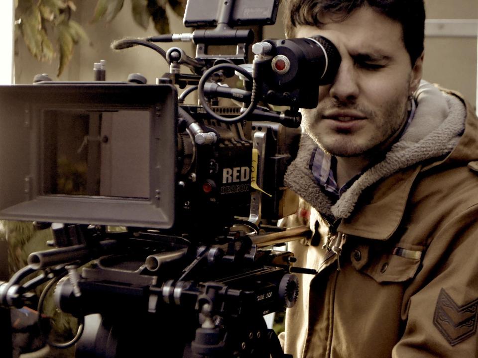 """SEBASTIAN RÁDIC - DIRECTOR  Sebastián es egresado de cine, contando con varios proyectos seleccionados en múltiples festivales de cine como """"Prisioneros del tiempo"""" y """"Oculta realidad"""", además de ser parte de Fábula producciones y director de otra serie de programas."""
