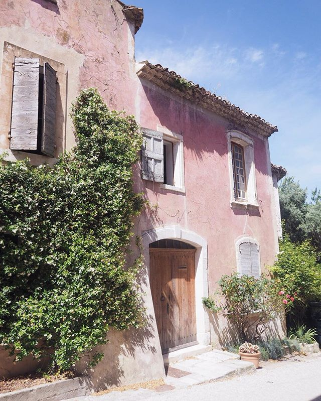 Have you seen the latest blog post about Bonnieux, Oppède le Vieux, Ménerbes, and Lacoste? This stunning fading pink home was in Oppède and there plenty more pretty pictures like that to be found if you follow the link in our bio and read the new post! . . . . . . .  #travelgram #travelbug #traveltheworld #instatravel #traveladdict #globetrotter #travelblog #instapassport #backpacking #wanderlust #wanderer #travelblogger #travelgirl #traveldeeper #travelstoke #travelawesome #doyoutravel #passionpassport #exploringtheglobe #willjourney #glt #charmedtraveler