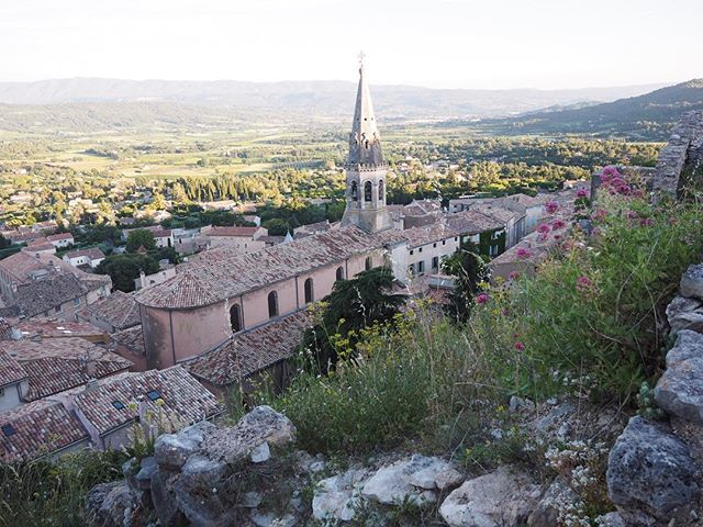 Can't wait to share with you all about the best spot in Luberon to watch the sunset. Hint: this is part of the view 😍 . . . . . .  #travelgram #travelbug #traveltheworld #instatravel #traveladdict #globetrotter #travelblog #instapassport #backpacking #wanderlust #wanderer #travelblogger #travelgirl #traveldeeper #travelstoke #travelawesome #doyoutravel #passionpassport #exploringtheglobe #willjourney #glt #charmedtraveler