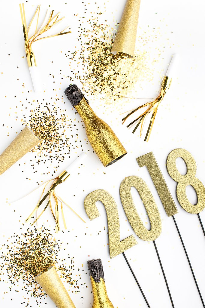 2018 new year's resolutions gold confetti and champagne bottles
