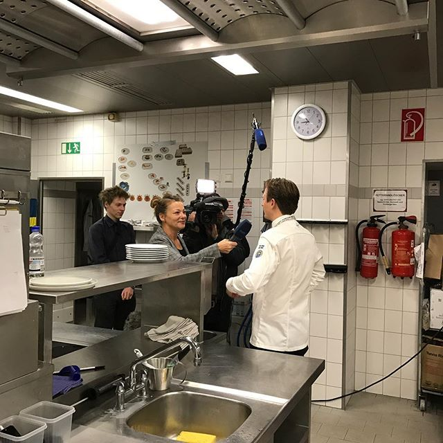 Intresset är stort @juniorkocklandslaget demoncoach Peter Jelksäter intervjuas av tysk tv. #culinaryolympics #respectfortheresources #kocklandslaget #ika2016