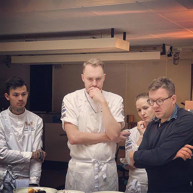 Vår fd medlem duktige @konditorperklein kom förbi och tittade på våra desserter på kalla bordet imorse och gav tips på hur utvecklingen kan ske framåt. #kocklandslaget #vägentillbaka