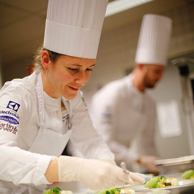 Vi är mycket stolta och glada att idag kunna presentera en ny huvudpartner!  Sveriges största livsmedelsexportör – The Absolut Company – och Svenska Kocklandslaget inleder nu ett samarbete för att tillsammans stärka måltidslandet Sverige. – Kocklandslaget och deras framgångar bidrar till att sprida svensk gastronomi och smakupplevelser över hela världen. Vi vill nu hjälpa till med det arbetet och samtidigt visa att drycken spelar en viktig roll i helhetsupplevelsen, säger Anna Malmhake, vd på The Absolut Company.  Samarbetet löper under fyra år och omfattar landslagets deltagande vid både VM 2018 i Luxemburg och OS 2020 i Tyskland. – Vi är glada över att kunna stärka banden till dryckesbranschen ytterligare. Vi ska fortsätta utveckla svensk gastronomi, och då är det naturligt att kroka arm med The Absolut Company, som sitter på en fantastisk historia vad gäller både svensk smak och kreativitet, säger Fredrik Andersson, Team Manager för Svenska Kocklandslaget.  Utöver samarbetet finns redan starka band mellan Kocklandslaget och The Absolut Company. Anders Karlsson, som i februari tog en välförtjänt plats i landslaget, arbetar nämligen som kock i The Absolut Companys personalmatsal sedan 15 år tillbaka. Det var där allt började för Anders, när han som diskare sökte en kocktjänst – och fick den.  Fakta om Svenska Kocklandslaget:  Landslaget består av 12 kockar och konditorer, samt fyra elever, som tillsammans tävlar under svensk flagg. Den 17 mars i år presenterade Fredrik Andersson, Team Manager, det nya laget. Nästa stora tävling är Culinary World Cup i Luxemburg i november 2018 och därefter Culinary Olympics i Tyskland hösten 2020.  För mer information, kontakta:  Fredrik Andersson, Team Manager Kocklandslaget Tel: 070-537 21 99 E-post: fredrik.andersson@kocklandslaget.se  Karin Ekroth, Corporate Communications & CSR Tel: 070-565 72 84 E-post: karin.ekroth@pernod-ricard.com