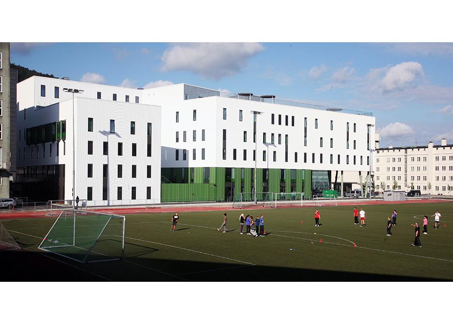 Bygget vender ut mot idrettsbanen på Krohnsminde