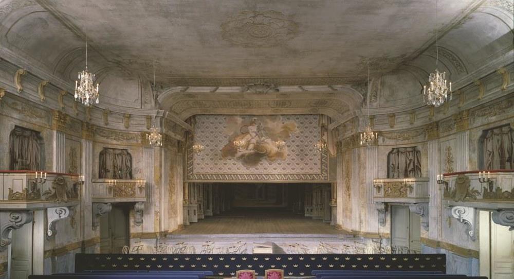 Drottningholms Slottsteater halvöppen ridå foto Bengt Wanselius.jpg