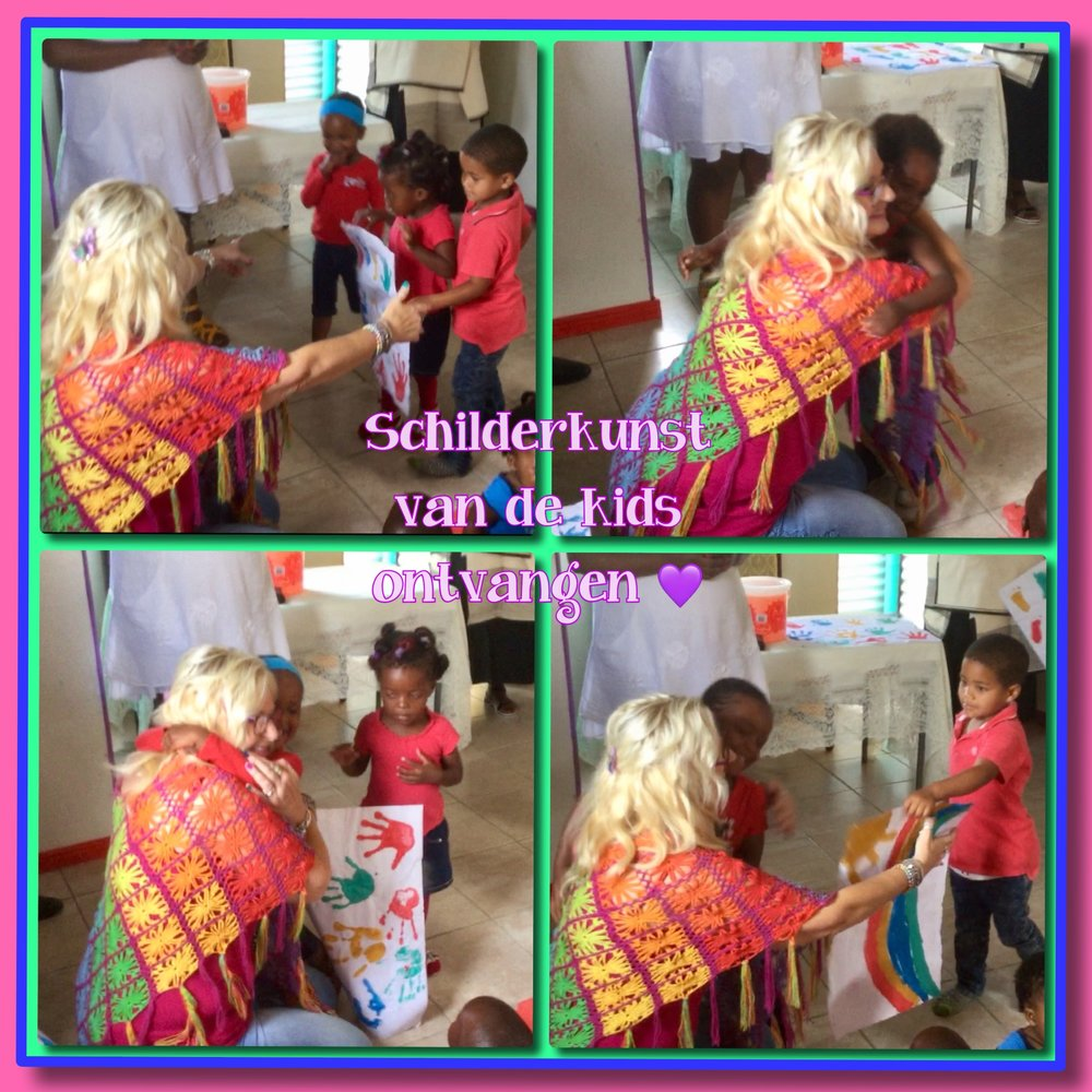 schilderwerkjes van de kids in ontvangst mogen nemen incl. een dikke knuffel