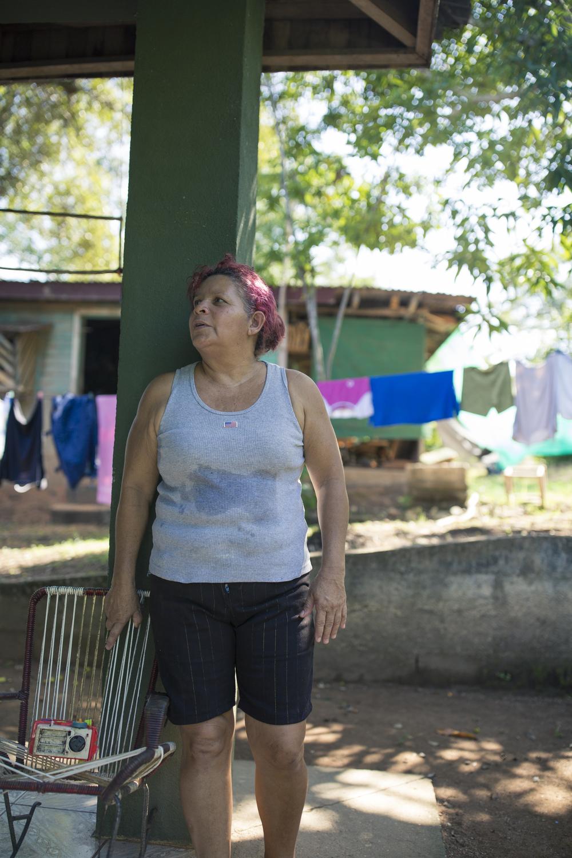 Doña Zeneida Trejos cuida la casa de su hija, mientras daba luz a una niña, parte de la nueva generación.