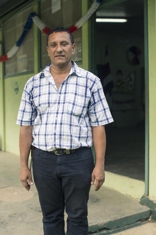 Don Carlos Viales, profesor unidocente de la Escuela de Puerto Moreno.