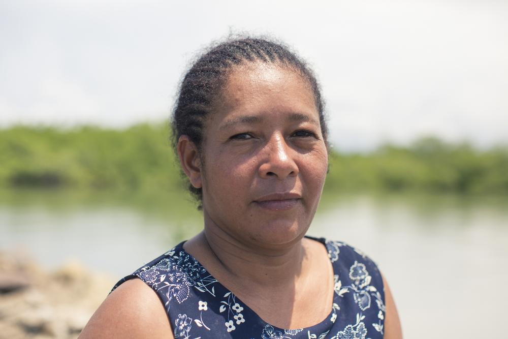 Jakeline Álvarez, apesar de las dificultades que trae la labor, provee para su familia a través de la pesca de la piangua.