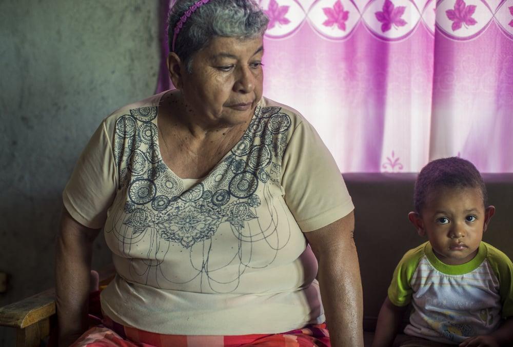 Doña Consuelo Orias, presidenta de Asada de Copal y su nieto, Luis Dairon Fernandez.