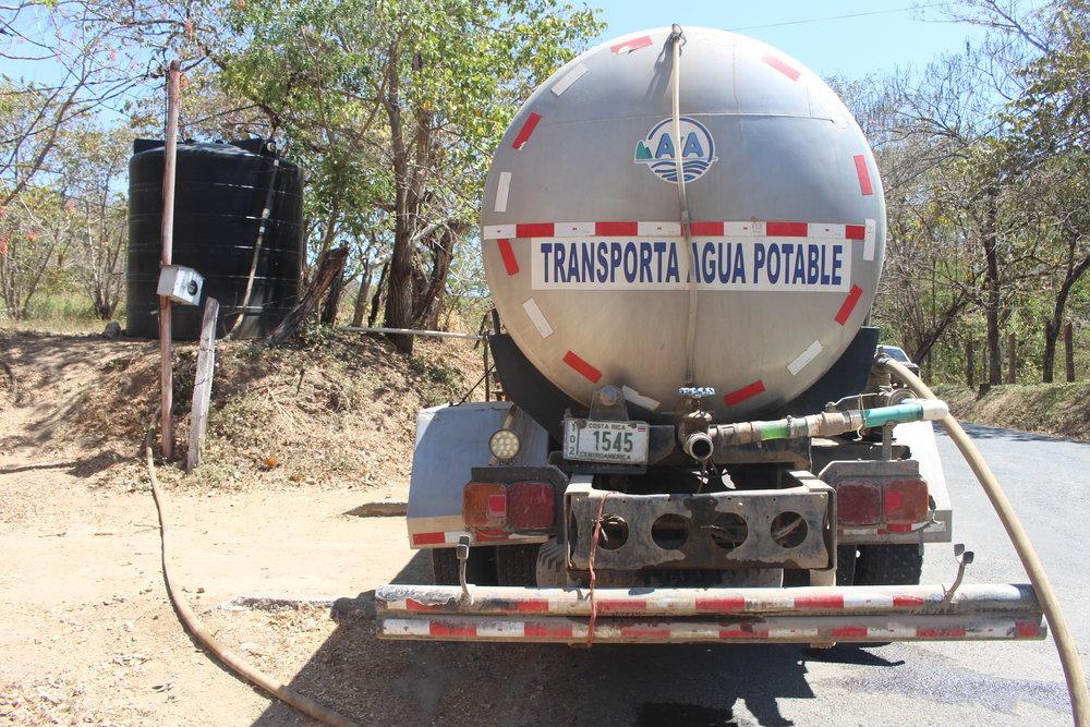 En San Buenaventura, un camión cisterna reparte agua dos veces por semana. El AyA llena los tanques que se instalaron en la comunidad. (Imagen de la Red del Golfo)