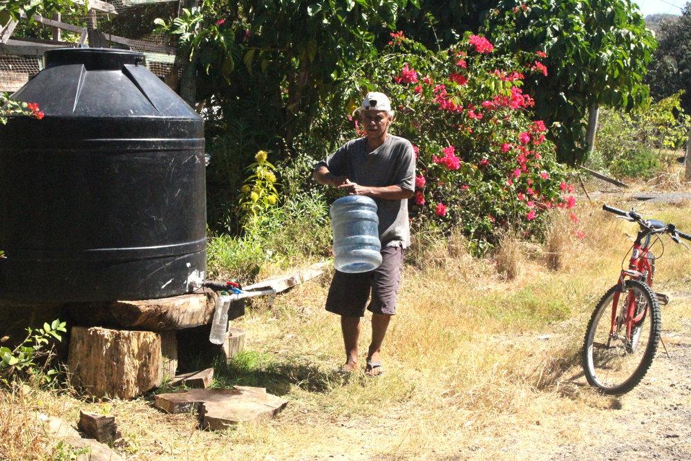 Los vecinos se movilizan como puedan a alguno de los cuatro tanques que el AyA llena mediante camión cisterna. (Imagen de la Red del Golfo)
