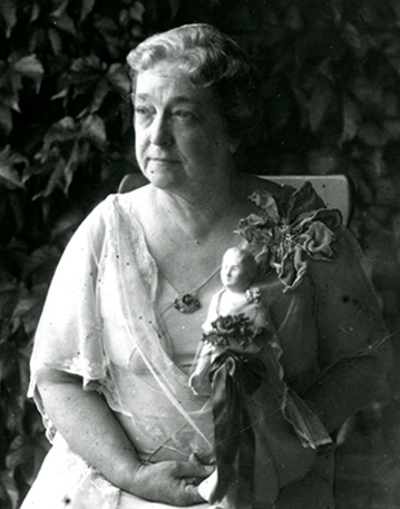 Moina posing with a winning replica doll in 1938 (Photo:  UGA Today )