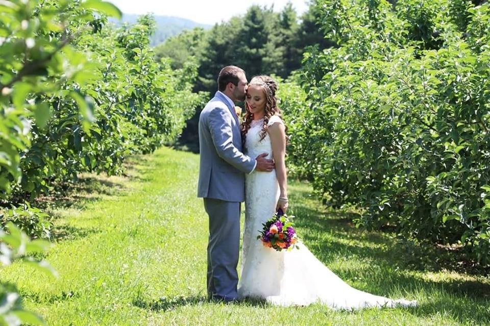 alysons orchard walpole nh bride and groom