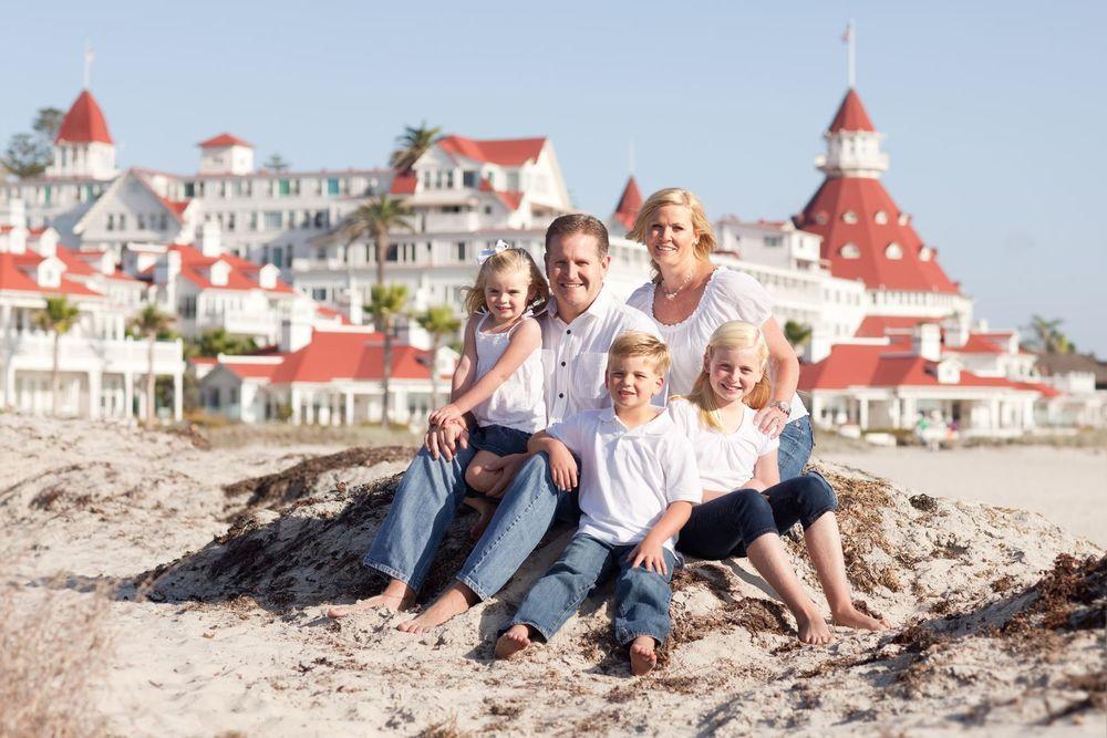 Family-in-front-of-hotel-del.jpg