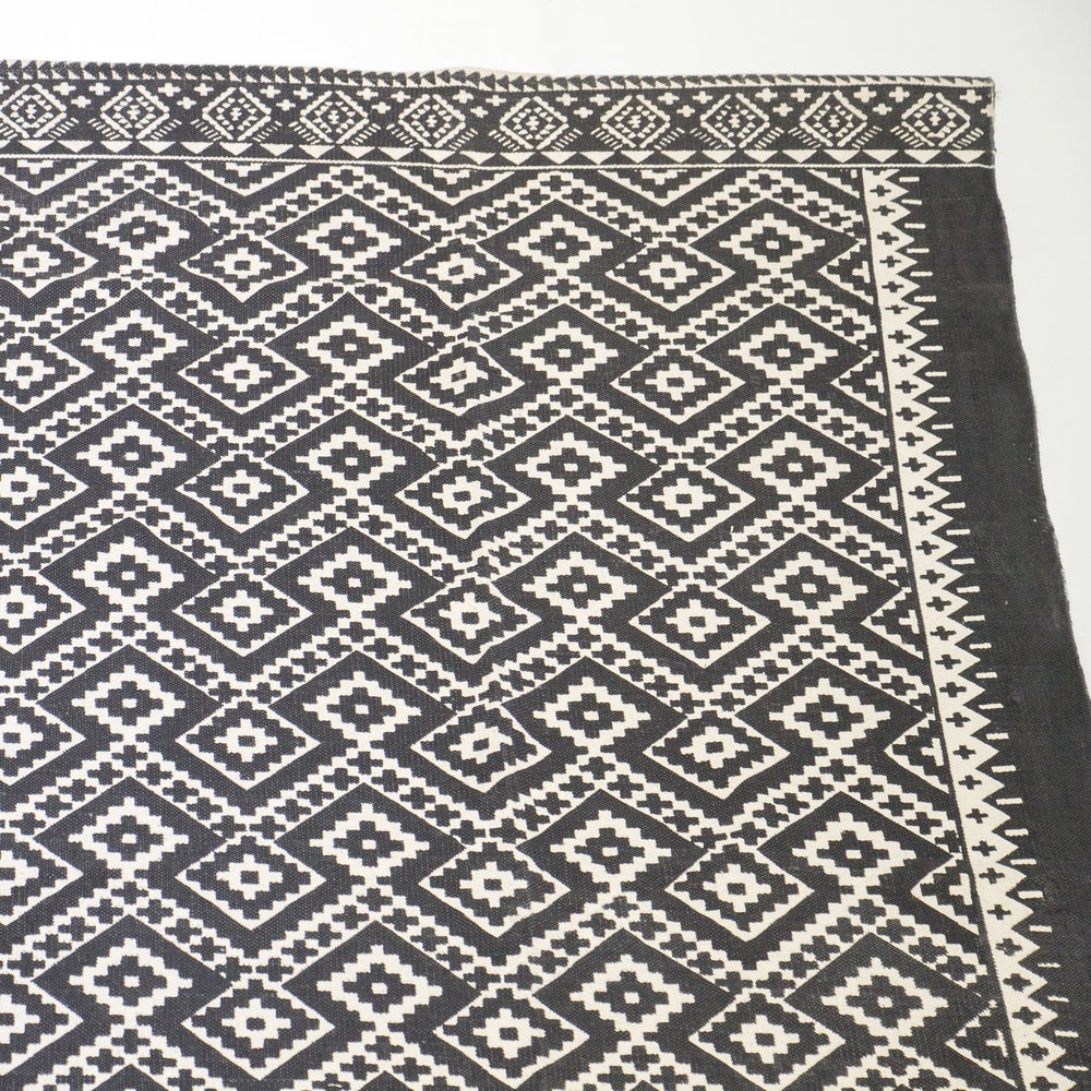 BLACK + WHITE PATTERNED RUG