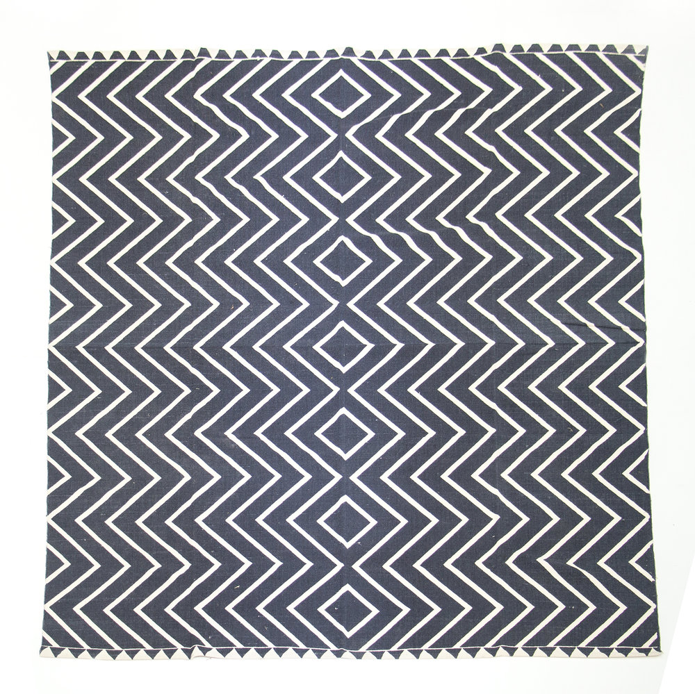 BLACK AND WHITE ZIGZAG RUG