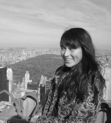 Linda Knoph , daglig leder, er lysdesigner og tekstildesigner, samt utdannet faglærer innen for Kunst- og Håndverksfag. Sitter i styret i  Norske Lysdesignerere ,