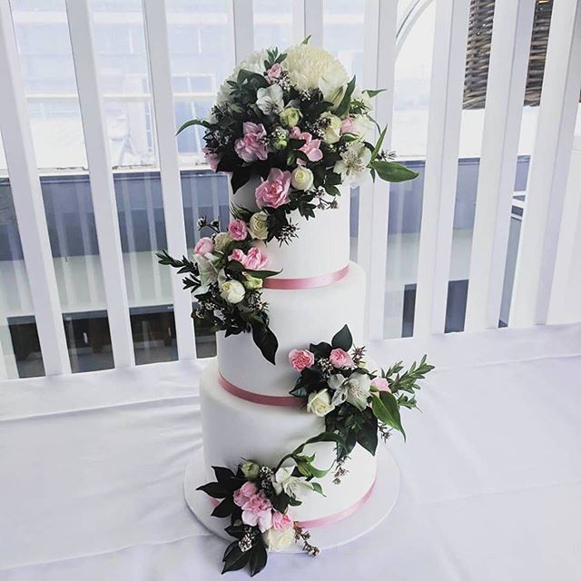 The most amazing cake we ever did see!! Absolutely STUNNING floral by @leafenbloom with decadent cake @sugarizeevents for our Nick & Cherryce on the weekend 💕 #weddingpackage #weddinginspiration #popupwedding #popupweddings #gcpopupweddings #goldcoastbride #gcwedding #goldcoastwedding #weddingstyling #goldcoastpopupweddings  #weddingdesign #weddingdesserts #engaged #elope #elopement #eventhire #weddinghire #cakeflorals  #queenslandbride #bride #weddingvenue #goldcoastweddingvenue #weddingsideas  #brisbanepopupwedding #brisbanewedding #brisbanebride #weddingcake #brisbaneweddings