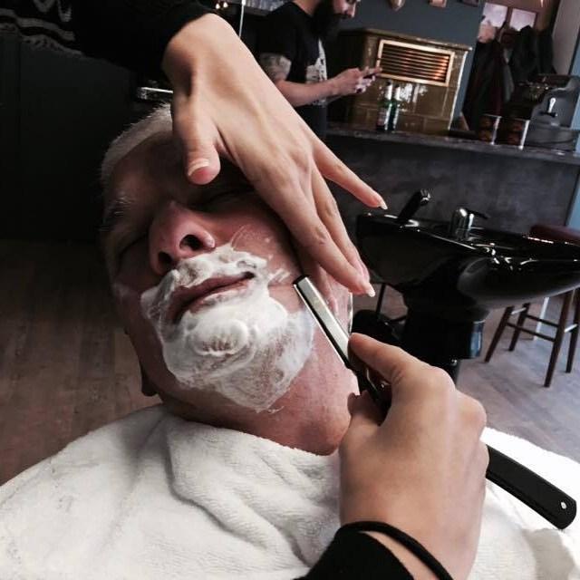 Mein letzter Barbershop Besuch war bei KLAUS in Nagold und ein Erlebnis für die Sinne :-)  der nächste Trip geht in Kürze zum neuen Bubert Barbershop in Lüdenscheid. Die Vorfreude steigt schon jetzt....gönnt es Euch Männer. Es lohnt sich! Das Thema Barbershop boomt in Deutschland. Vorausgesetzt es wird richtig und Originalgetreu umgesetzt!