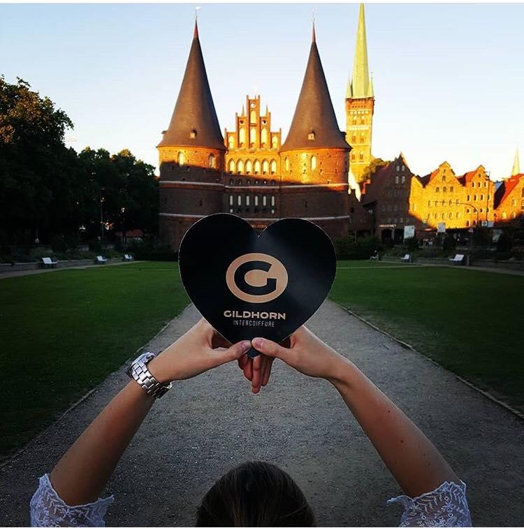 """Die Marketing Kampagne """"I Love Gildhorn"""" vom Intercoiffure Gildhorn💇♀️💇♂️👩🎨 aus Lübeck auf Facebook  https://www.facebook.com/Friseur.Luebeck/ und auf Instagram auf https://www.instagram.com/gildhorn_intercoiffure/ war mega erfolgreich👌Sehr viele Selfies vorm Holstentor in Lübeck und ein enormes Interesse von Neukunden für Great Lengths Haarverlängerungen. Good Job und Kompliment an das coole Gildhorn Team✌️"""