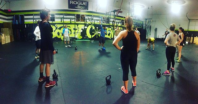 Coach Dan coaching the 630 class. Today we focused on kettle bell work. Snatches & Clean+Jerk 💪🏽👏🏽🏋🏽
