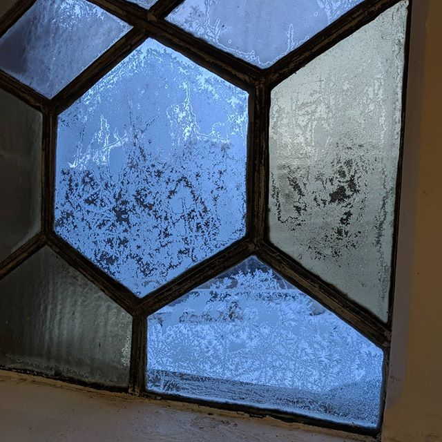 When the windows of the studio are frozen on the inside -9 brrrr #freezing #artist #studio
