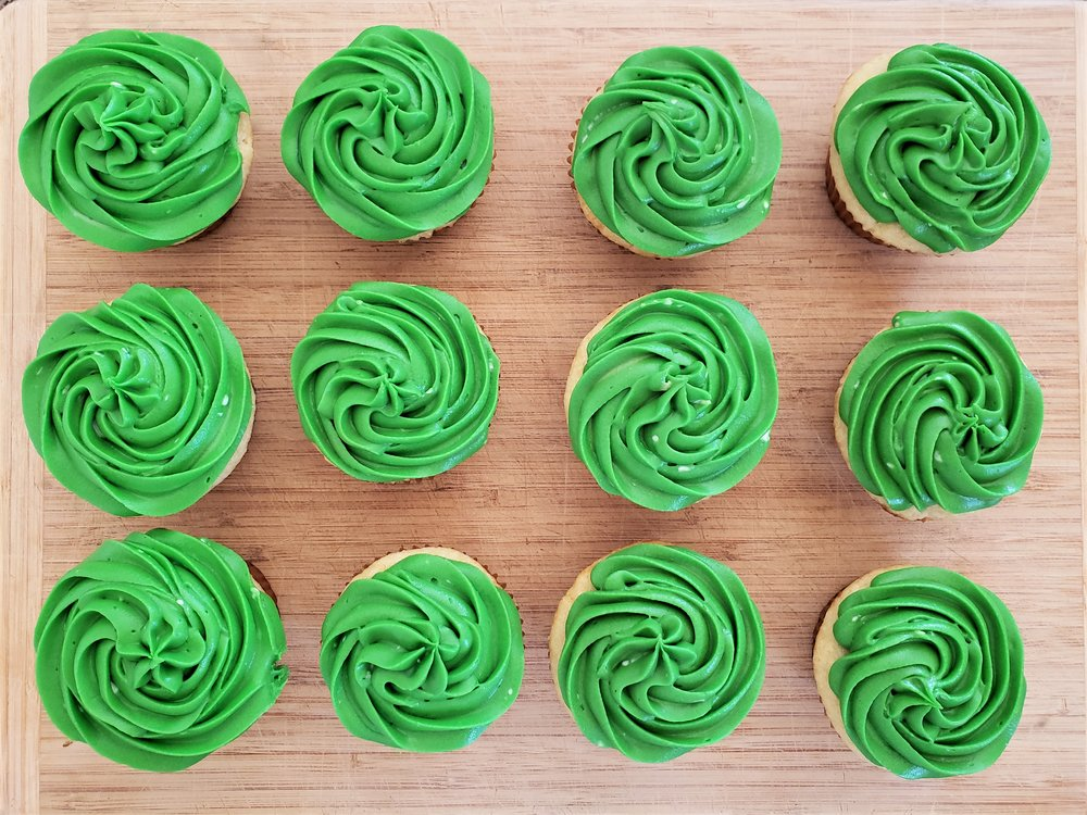 Owl tree cupcake cake: leaf cupcakes