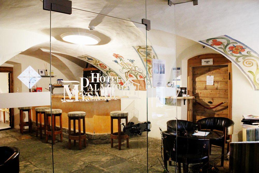 Palazzo Bar    Lassen Sie den Tag mit Freunden bei einem guten Glas Wein ausklingen! Unsere Apéro-Bar bietet in stilvollem Ambiente jede Menge gute Tropfen, Digestifs und eine grosse Auswahl an Whiskeys! Täglich von 17 bis 20 Uhr geöffnet (ausser Dienstag)