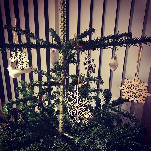 I'M A FAN 🎄❄️ Jeg var vild med snefugne  i træ inden jeg pakkede dem ud, og de er bestemt også flotte på et juletræ.. Sælges for kun 145kr pr. æske a 4 stk. Har 3 æsker tilbage. Resten er allerede solgt 😱😳 #iminlove #træpåjuletræet #moderne #indretning #snefnug #jul #ilva #illumsbolighus #magasin #youngliving #advent #bolig #livsstil #essentielleolier #æteriskeolier #kanbrugestildufte #juletræ #julepynt