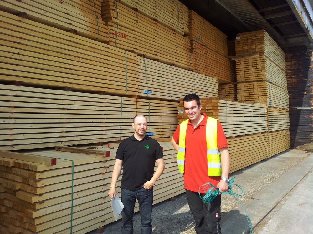 Peder Björkman und Christoph Ladenburger vor einer Trockenkammer im Werk Bopfingen Im letzten Monat erhielten wir neben dem Auftrag der Holzwerke Ladenburger weitere Aufträge aus Deutschland.