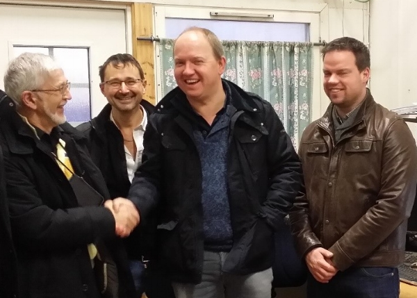 Handschlag zwischen Eric Björkman und PGS Groups Geschäftsführer Luc Grauwet. Weiters sind auf dem Foto zu sehen: Ruben Coene, Technikchef (links) und Energieexperte (rechts).