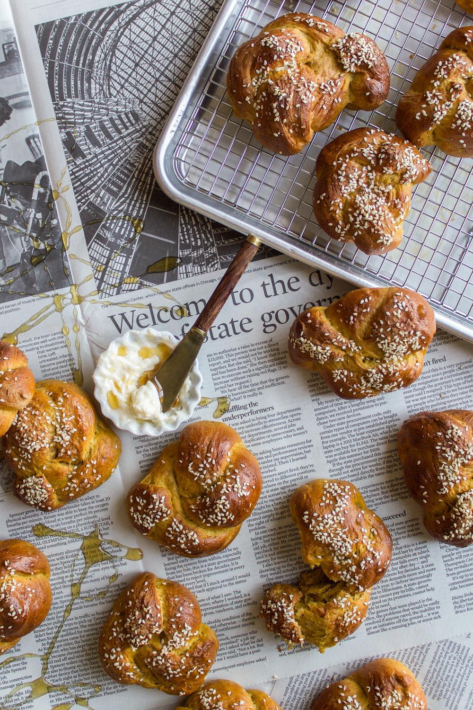 Pumpkin challah rolls 11.jpg