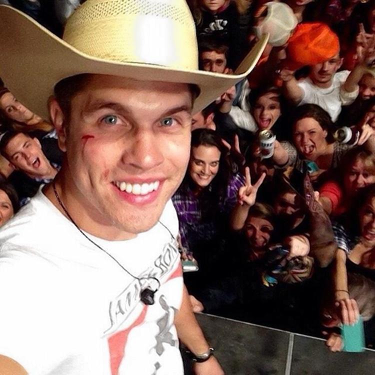 Dustin Lynch takes selfie