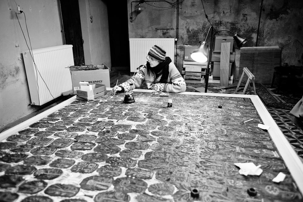 Marie Morel au travail dans son atelier