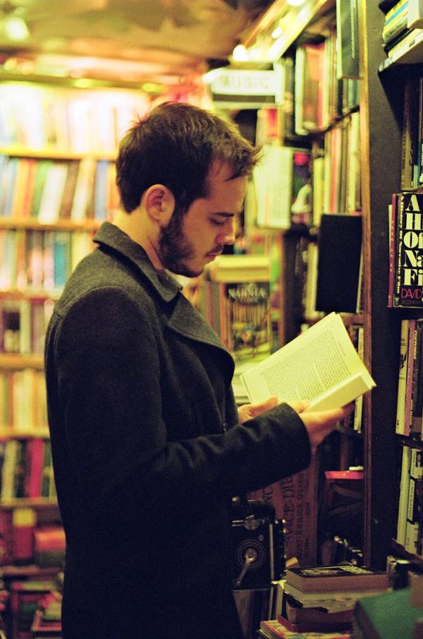 paris_book-reading_35mm-film_flyotw