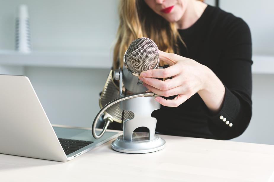 woman-adjusts-microphone_925x.jpg