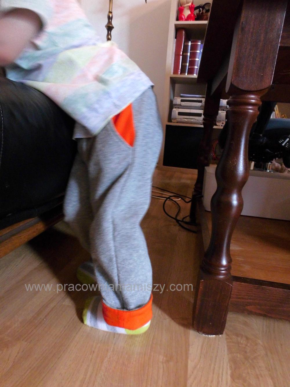 Szarość spodni ożywiłam pomarańczowymi kieszeniami i mankietami, lewa strona tunelu na gumkę też jest pomarańczowa.